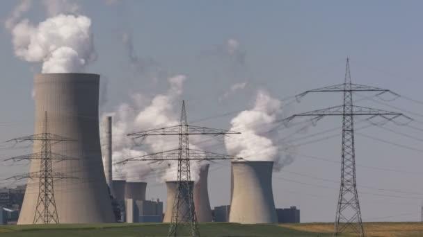Planta de energía con líneas eléctricas — Vídeo de stock