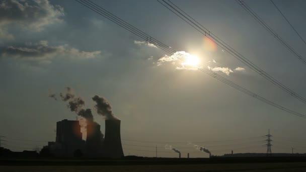 Planta de energía con enormes torres de refrigeración — Vídeo de stock