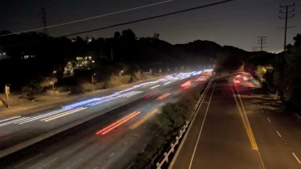 Tráfico de la carretera por la noche — Vídeo de stock
