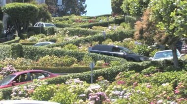 Cars winding down Lombard Street — Stock Video