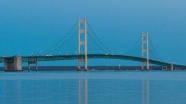 Michigan'ın üst ve alt yarımadalar arasında mackinac köprüsü — Stok video