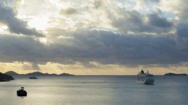 Lodě a loďky ve vodě — Stock video