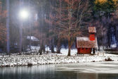 Frosty winter morning at the lake with small house and forest — Stock Photo