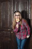 Bella ragazza in una camicia a scacchi e caramelle su un bastone — Foto Stock