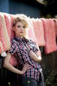 Blondynka młoda kobieta w kowbojem koszulę i niebieskie dżinsy — Zdjęcie stockowe