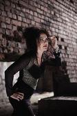 Joven bruja sexy haciendo la brujería en el calabozo — Foto de Stock