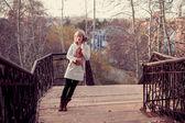 Donna con viola sul ponte — Foto Stock