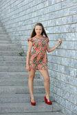 Женщина в платье позирует на лестнице — Стоковое фото