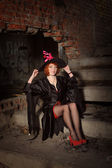 Zázvor žena v černém plášti — Stock fotografie