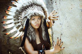 Native american, Indians in traditional dress, standing  to the stone slabs. — Foto Stock