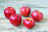 яблоки на столе — Стоковое фото