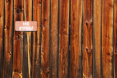 """Wooden fence with a pointer to """"no smoking"""" — Stock Photo"""