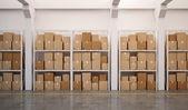 Almacén con muchas cajas apiladas en las plataformas — Foto de Stock