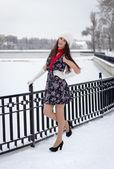 Jovem alegre caucasiana em tempo nevado — Foto Stock
