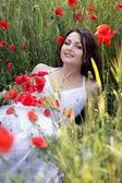 Porträtt av den vackra flickan i en vallmo — Stockfoto