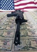 Pieniądze, broń i flaga — Zdjęcie stockowe