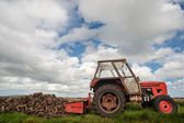 Starý traktor sbírání bog rašelina — Stock fotografie