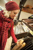 Junge Frau kaufen baguette — Stockfoto