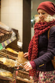 Young woman buying bread at bakery — Foto de Stock