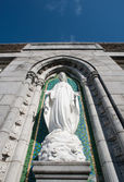 Virgin mary statue on church wall — Stockfoto