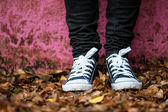 Standing by grungy pink wall during fall — Stock Photo