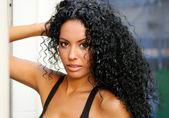 Retrato de una joven mujer negra, modelo de moda en fondo urbano — Foto de Stock