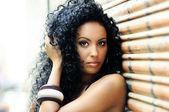 Ritratto di una giovane donna nera, modello di moda in background urbano — Foto Stock