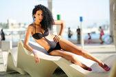 Porträtt av en svart kvinna med vackra kropp klädd i bikini — Stockfoto