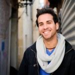 retrato de homem feliz bonito em meio urbano — Foto Stock