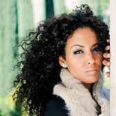 Portrait d'une belle jeune femme noire — Photo