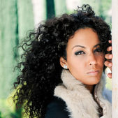 Retrato de una joven mujer negra hermosa — Foto de Stock