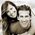 portrait souriant jeune homme ferroutage sa jolie petite amie dans le parc — Photo