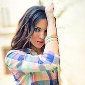 Mladá krásná žena v městské pozadí — Stock fotografie
