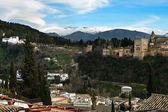 Alhambra y nevando montañas de sierra nevada bajo un lenticular — Foto de Stock