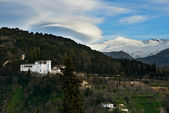 Alhambra and snowing Sierra Nevada mountains under a lenticular — Foto de Stock