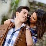 alegre joven pareja en una calle de la ciudad — Foto de Stock