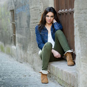 Young beautiful woman in a urban background — Stock Photo
