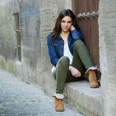 Jovem mulher bonita em um plano urbano — Fotografia Stock