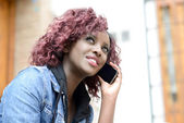 Beautiful black woman in urban background on the phone — Stock Photo