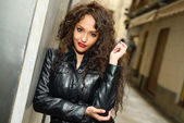 Attractive black woman in urban background wearing leather jacke — Stockfoto