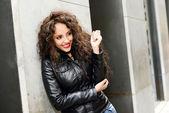 Atraktivní černá žena v městské pozadí na sobě kožené lucie — Stock fotografie
