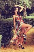 Mulher jovem e bonita, modelo da moda, em um jardim — Fotografia Stock