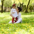 Mother and little girl playing in the park — Foto Stock