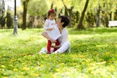 Mother and little girl playing in the park — Stock fotografie