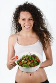 Krásná mladá žena smíšené se salátem, izolované na bílém — Stock fotografie