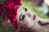 Young beautiful japanese woman with pink and red flowers — Stock Photo