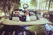 Couple juste marié dans une vieille voiture — Photo