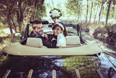 Just married couple in an old car — 图库照片