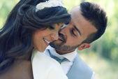 Couple juste marié en contexte urbain — Photo