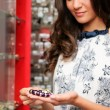 Attractive young woman buying a bracelet at a jewelry — ストック写真